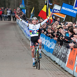 10-01-2016: Wielrennen: NK Veldrijden: Hellendoorn <br /> HELLENDOORN (NED) veldrijden Op de flanken van de Sallandse Heuvelrug streden de veldrijders om de Nederlandse titel bij de elite mannen . Mathieu van der Poel pakt de titel bij de elite mannen