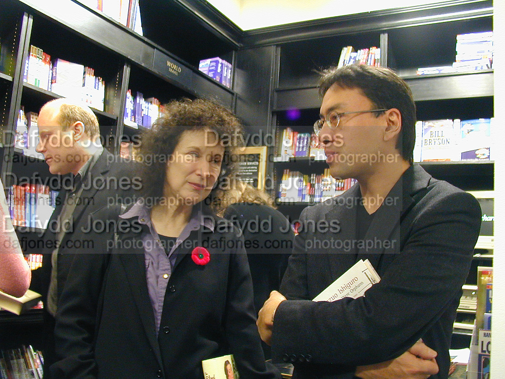 Margaret Atwood and Kazuo Ishiguro. Booker prize photocall. Hatchard's. London. 7 November 2000. © Copyright Photograph by Dafydd Jones 66 Stockwell Park Rd. London SW9 0DA Tel 020 7733 0108 www.dafjones.com