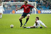 Fotball, 28. april 2004, Privatlandskamp, Norge-Russland 3-2,  Sigurd Rushfeldt, Norge, hopper over Dmitri Sennikov, Russland