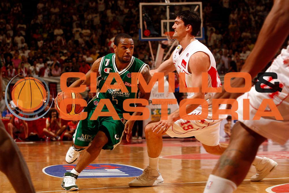 DESCRIZIONE : Milano Lega A 2008-09 Playoff Finale Gara 3 Armani Jeans Milano Montepaschi Siena<br /> GIOCATORE : Terrell Mc Intyre<br /> SQUADRA : Montepaschi Siena<br /> EVENTO : Campionato Lega A 2008-2009 <br /> GARA : Armani Jeans Milano Montepaschi Siena<br /> DATA : 14/06/2009<br /> CATEGORIA : palleggio<br /> SPORT : Pallacanestro <br /> AUTORE : Agenzia Ciamillo-Castoria/P.Lazzeroni<br /> Galleria : Lega Basket A1 2008-2009 <br /> Fotonotizia : Milano Lega A 2008-09 Playoff Finale Gara 3 Armani Jeans Milano Montepaschi Siena<br /> Predefinita :