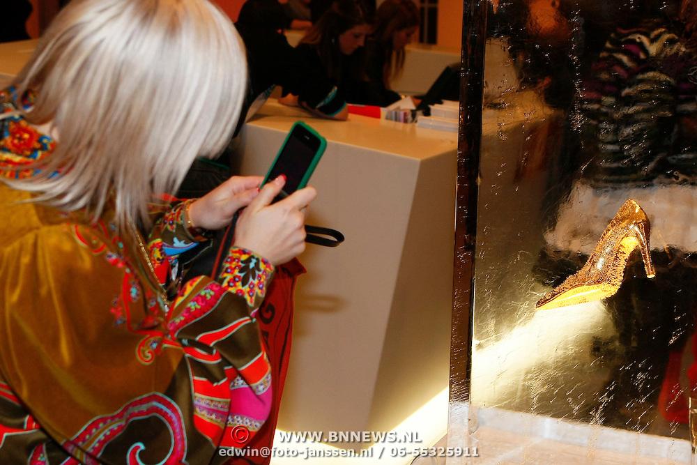 NLD/Amsterdam/20100115 - Inloop uitreiking Elle Style Awards, Victoria Koblenko maakt een foto van een schoen in het ijs