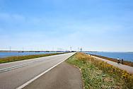 Windturbines bij de Oesterdam, dam tussen Tholen en Zuid-Beverland. Het is de langste dam (10,5 kilometer) van de Deltawerken. - Wind turbines near the Oesterdam, the longest dam of the Delta Works in the Netherlands