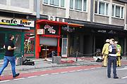 Mannheim. 30.06.17   Brand in der Innenstadt<br /> Innenstadt. N7. Brand in einer Bar.<br /> Zu einem größeren Rückstau von Lieferfahrzeugen in der Kunststraße führt derzeit ein Brand in der Mannheimer Innenstadt. Wegen der Löscharbeiten ist die Kunststraße derzeit noch gesperrt. Die Feuerwehr war am Morgen zu einer Verpuffung in einem Gastronomiebetrieb gerufen worden. Tatsächlich brannte es in der Küche. Das Feuer führte zu einer starken Rauchentwicklung. Zeitweise waren zwei Löschzüge der Berufsfeuerwehr und die Freiwillige Feuerweh Innenstadt im Einsatz. Derzeit werden die Schläuche eingerollt, die Einsatzstelle wohl in kurzer Zeit freigegeben. Bei dem Brand zogen sich drei Personen Rauchgasvergiftungen zu. Sie kamen zur Behandlung ins Krankenhaus.<br /> <br /> <br /> BILD- ID 0408  <br /> Bild: Markus Prosswitz 30JUN17 / masterpress (Bild ist honorarpflichtig - No Model Release!)
