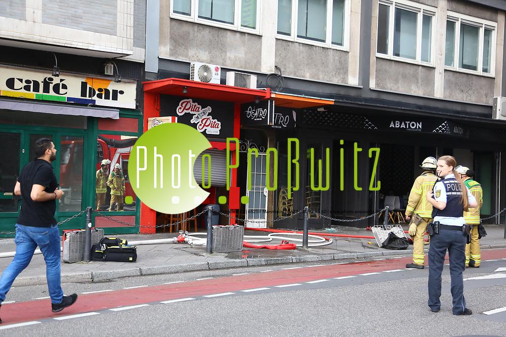 Mannheim. 30.06.17 | Brand in der Innenstadt<br /> Innenstadt. N7. Brand in einer Bar.<br /> Zu einem gr&ouml;&szlig;eren R&uuml;ckstau von Lieferfahrzeugen in der Kunststra&szlig;e f&uuml;hrt derzeit ein Brand in der Mannheimer Innenstadt. Wegen der L&ouml;scharbeiten ist die Kunststra&szlig;e derzeit noch gesperrt. Die Feuerwehr war am Morgen zu einer Verpuffung in einem Gastronomiebetrieb gerufen worden. Tats&auml;chlich brannte es in der K&uuml;che. Das Feuer f&uuml;hrte zu einer starken Rauchentwicklung. Zeitweise waren zwei L&ouml;schz&uuml;ge der Berufsfeuerwehr und die Freiwillige Feuerweh Innenstadt im Einsatz. Derzeit werden die Schl&auml;uche eingerollt, die Einsatzstelle wohl in kurzer Zeit freigegeben. Bei dem Brand zogen sich drei Personen Rauchgasvergiftungen zu. Sie kamen zur Behandlung ins Krankenhaus.<br /> <br /> <br /> BILD- ID 0408 |<br /> Bild: Markus Prosswitz 30JUN17 / masterpress (Bild ist honorarpflichtig - No Model Release!)