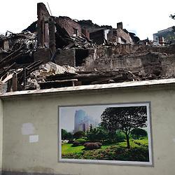 Chongqing - 11 gennaio 2011: Le aree in demolizione vengono sempre nascoste da muri di recinzione per evitarne la vista. I muri vengono tappezzati con i cartelloni della campagna pubblicitaria governativa sulla città: Chongqing vivibile, Chongqing senza traffico, Chongqing verde, Chongqing sicura e Chongqing sana.   Chongqing - January 11, 2011: Demolished areas are hidden by 8ft tall walls papered with the governmental publicity about the 5 key aspect of  development of the future city: livable Chongqing, smooth Chongqing, green Chongqing, safe Chongqing, and healthy Chongqing