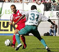 Fotball<br /> Bundesliga Tyskland 2003/2004<br /> 13.09.2003<br /> Norway Only<br /> Foto: Digitalsport<br /> <br /> v..l. Mehmet Scholl - Hans Sarpei Wolfsburg<br /> Bundesliga VfL Wolfsburg - FC Bayern München