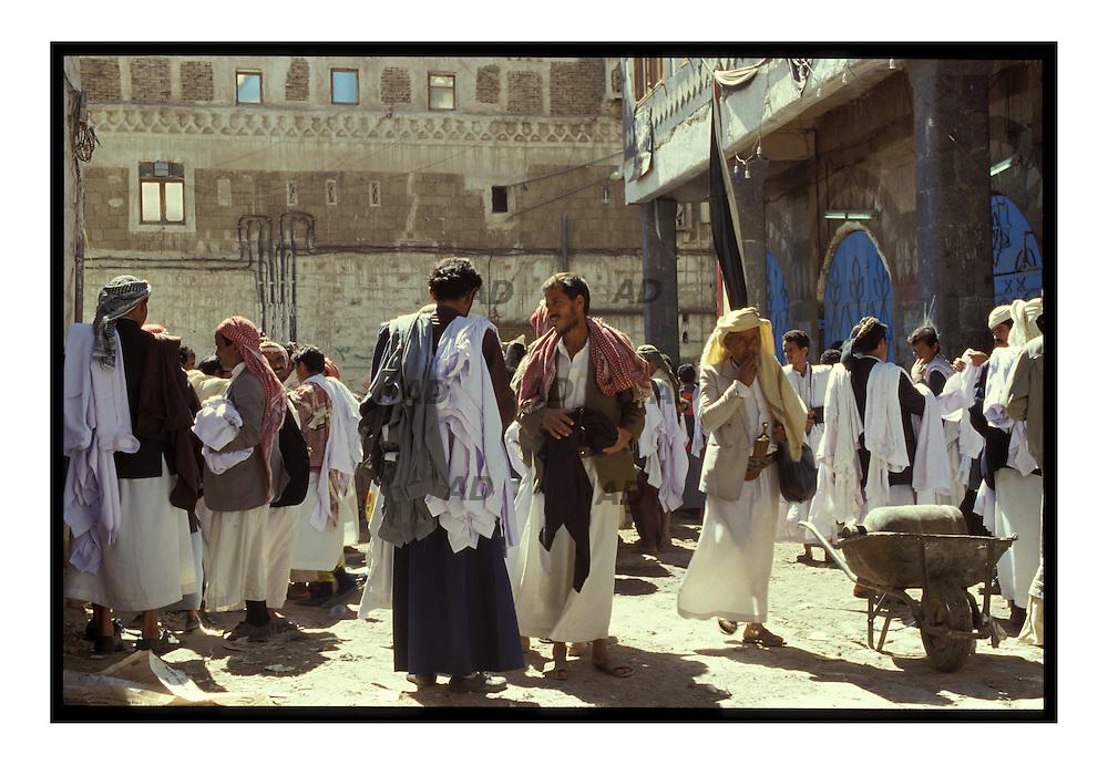 Suq al-Milh Mercato di Sana'a. vendita dei tipici abiti locali: camicioni lunghi.