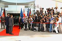 20 SEP 2003, BERLIN/GERMANY:<br /> Gerhard Schroeder (L), SPD, Bundeskanzler, Jacques Chirac (M), Praesident Frankreich, und  Tony Blair (R), Premierminister Gross Britannien, vor einem Gipfelgespraech, Ehrenhof, Haupteingang, Bundeskanzleramt <br /> IMAGE: 20030920-01-038<br /> KEYWORDS: Gerhard Schröder, Gipfel, summit, Eintreffen, Kamera, Camera, Fotograf, Fotografen, photographer, Gast, Gäste, Journalist, Journalisten