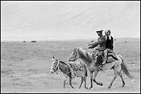 Chine. Province du Sinkiang (Xinjiang). Couple Kirghiz dans les environs du lac karakul.  // China. Sinkiang Province (Xinjiang).  Kirghiz peoples around Karakul lake.