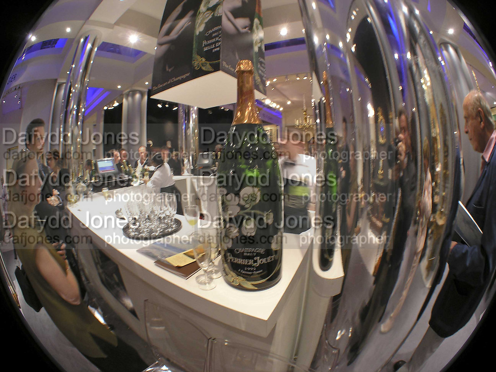 Champagne Bar, The opening  day of the Grosvenor House Art and Antiques Fair.  Grosvenor House. Park Lane. London. 14 June 2006. ONE TIME USE ONLY - DO NOT ARCHIVE  © Copyright Photograph by Dafydd Jones 66 Stockwell Park Rd. London SW9 0DA Tel 020 7733 0108 www.dafjones.com