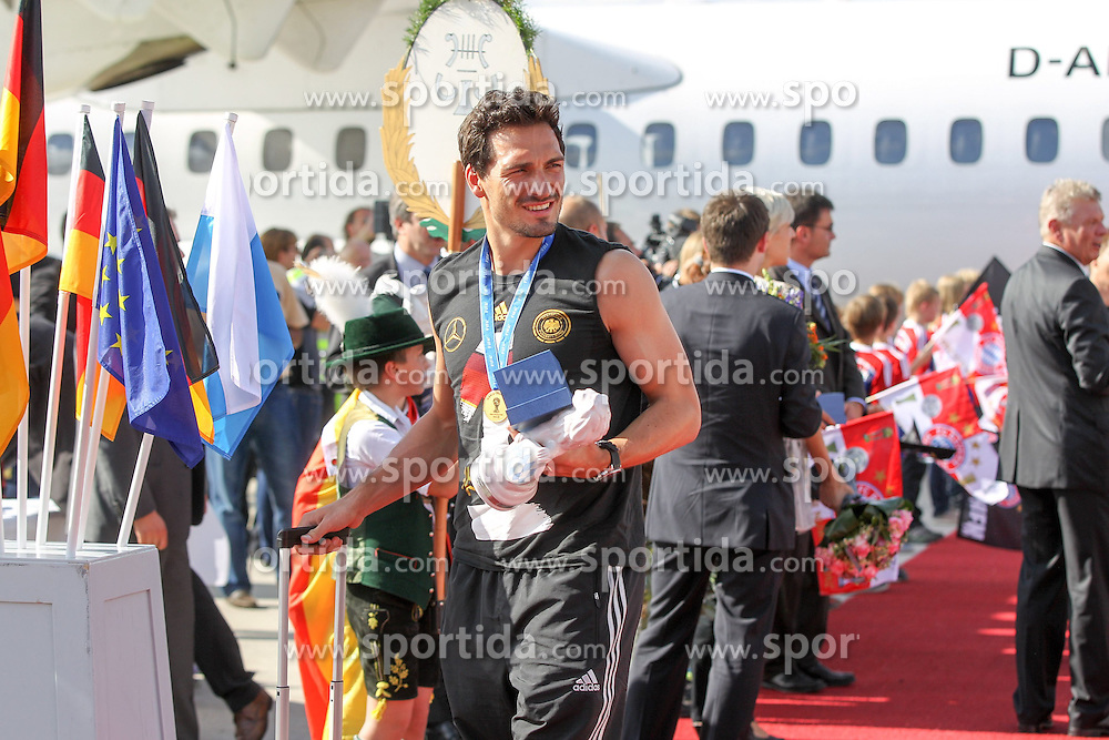 15.07.2014, Flughafen, München, GER, FIFA WM, Empfang der Weltmeister in Deutschland, Finale, im Bild Mats Hummels #5 (Deutschland) kommt aus der Maschine // during Celebration of Team Germany for Champion of the FIFA Worldcup Brazil 2014 at the Flughafen in München, Germany on 2014/07/15. EXPA Pictures © 2014, PhotoCredit: EXPA/ Eibner-Pressefoto/ Kolbert<br /> <br /> *****ATTENTION - OUT of GER*****