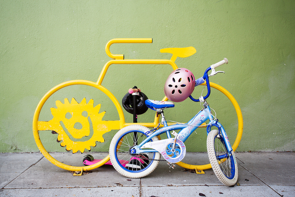 Een kinderfiets staat bij een fietsenrek in San Francisco. De Amerikaanse stad San Francisco aan de westkust is een van de grootste steden in Amerika en kenmerkt zich door de steile heuvels in de stad. Ondanks de heuvels wordt er steeds meer gefietst in de stad.<br /> <br /> A child's bike at a bike rack in San Francisco. The US city of San Francisco on the west coast is one of the largest cities in America and is characterized by the steep hills in the city. Despite the hills more and more people cycle.