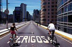 Sao Paulo, Sao Paulo, Brasil. 07/02/1999..Elevado Costa e Silva, o Minhocao aos domingos vira area de lazer./ Costa e silva bridge, the Minhocao. at Sundays it's a leisure area..Foto © Marcos Issa/Argosfoto