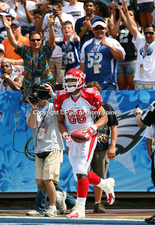 HONOLULU, HI - FEBRUARY 08: AFC All-Stars tight end Tony Gonzalez #88 of the Kansas City Chiefs celebrates after catching a 19 yard touchdown pass to give the AFC a 7-0 first quarter lead over the NFC All-Stars in the 2009 NFL Pro Bowl at Aloha Stadium on February 8, 2009 in Honolulu, Hawaii. The NFC defeated the AFC 30-21. ©Paul Anthony Spinelli *** Local Caption *** Tony Gonzalez