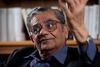 31 MAY 2010, BERLIN/GERMANY:<br /> Jagdish Natwarlal Bhagwati, indischer Oekonom und Professor fuer Politik und Wirtschaft an der Columbia University, waehrend einem Interview, Bibiothek der American Academy<br /> IMAGE: 20100531-02-048<br /> KEYWORDS: Jagdish Bhagwati, Ökonom