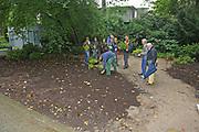 Mannheim. 25.07.17   Gärtnern im Luisenpark<br /> Luisenpark. Freundes des Luisenpark dürfen gärtnern. Projekt Mein Garten. Unter Anleitung darf gepflanzt werden.<br /> <br /> <br /> BILD- ID 0011  <br /> Bild: Markus Prosswitz 25JUL17 / masterpress (Bild ist honorarpflichtig - No Model Release!)