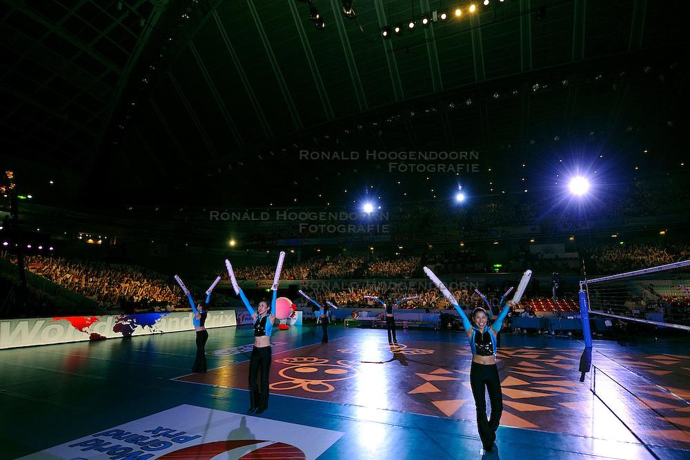 23-08-2009 VOLLEYBAL: WGP FINALS JAPAN - BRAZILIE: TOKYO <br /> Brazilie wint met 3-1 van Japan en zijn de winnaar van de Grand Prix 2009 / Japanse cheerleaders / dansers openen de wedstrijd<br /> ©2009-WWW.FOTOHOOGENDOORN.NL