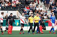 AMSTELVEEN - Hockey - Hoofdklasse competitie heren. AMSTERDAM-KAMPONG (2-2).  line up met scheidsrechters Coen van Bunge en Frank Heijster  , links Billy Bakker (A'dam) , Jan de Wijkerslooth.  COPYRIGHT KOEN SUYK