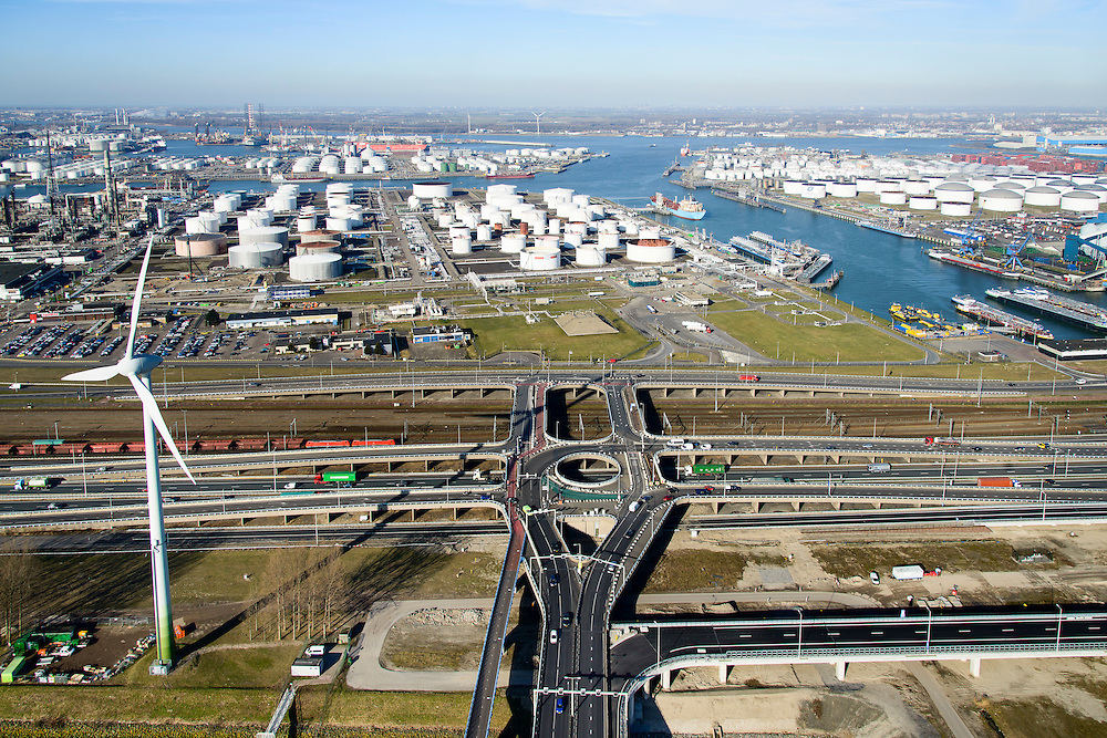 Nederland, Zuid-Holland, Rotterdam, 18-02-2015. A15 ter hoogte van het Hartelkruis en 3e Petroleumhaven. Goederentrein op Betuweroute richting Maasvlakte II.<br /> Motorway A15 and freight railway, connecting Port of Rotterdam with hinterland.<br /> luchtfoto (toeslag op standard tarieven);<br /> aerial photo (additional fee required);<br /> copyright foto/photo Siebe Swart