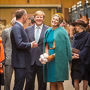 NLD/Almelo/20161028 - Streekbezoek Achterhoek door Willem-Alexander en Maxima, bezoek stal Het Oosterbroek van springruiter Bruggink