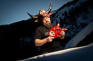 SUJET TEMPS: portrait d'un sculpteur de masque pour le carnaval d'Evolène avec ses empaillés, Hugo Beytrison, + reportage durant la soirée de jeudi ou quelques masques sont visibles dans le village avec les peluches dans les rues. Evolene le jeudi 16 fevrier 2012..Tradition, Montagne, Alpes, caranal, diable, hivers, peur..(PHOTO-GENIC.CH/ OLIVIER MAIRE)