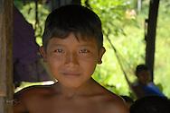Niño de la comunidad Warao de Boca de Tigre  en el Delta Amacuro, Venezuela. Este pueblo indígena del oriente del país,  que contaba para 2001 con 36.000 habitantes aproximadamente, construyen sus hogares suspendidos sobre las aguas  para compensar los cambios de marea que vienen del mar del Caribe. Durante los años recientes conviven con la exploración petrolífera, el tráfico de drogas y la actividad turistica se lleva a  cabo actualmente en la zona, en la que habitan desde hace por lo menos 8.000 años. Venezuela,  2006. (Ramón Lepage / Orinoquiaphoto)   Boy from the Warao comunity in Boca de Tigre in the Amacuro Delta, Venezuela. This ethnic group of the east of the country, that counted in 2001 with approximate 36.000 inhabitants, constructs their homes suspended on waters to compensate the changes of tide that come from the Caribbean sea. During the recent years they coexist with the petroliferous exploration, the drug traffic and the tourist activity that  are carried out in the zone, in which they have been living for at least 8,000 years. Venezuela, 2006. (Ramon Lepage/Orinoquiaphoto)..