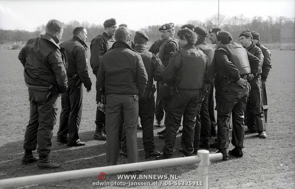 NLD/Ankeveen/19920323 - Overleg Arrestatieteam voor zoekactie naar overvallers in de weilanden bij Ankeveen