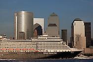 New York.  cruise boat in new york harbour. Downtown Manhattan cityscape ,  on Hudson river view from Grundy park exchange place New jersey Usa /  un bateau de croisiere dans le port de new york . le panorama du bas de manhattan , vue depuis le Grundy Park, exchange place New jersey au coucher du soleil  New York  USa