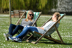 Student Hanne Bache and Elisabeth Meltvedt relax inbetween lectures in the warm sunny weather surrounded by spring flowers in London's Regent Park.<br /> Tuesday, 1st April 2014. Picture by Ben Stevens / i-Images