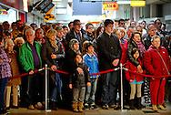Zo'n 500 mensen hebben maandag binnen en buiten de herdenking van de schietpartij in winkelcentrum Ridderhof in Aplhen aan den Rijn bijgewoond. Precies een jaar nadat Tristan van der Vlis in en bij de Ridderhof zes mensen en zichzelf doodschoot, hielden nabestaanden, winkeliers, het stadsbestuur en andere geïnteresseerden 2 minuten stilte.  ROBIN UTRECHT