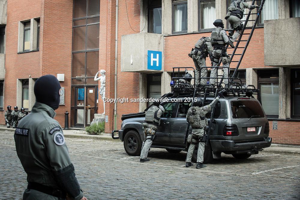 Demonstratie van de speciale eenheden van de federale politie en debriefing bij bezoek van ministers Charles Michel en Jan Jambon.Gebouw binnendringen met speciaal laddervoertuig