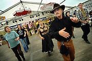 Nederland, Weurt, 11-6-2005..Country en western avond met line dancing, inline dance...Amerikaanse cultuur, kultuur, dans uit Amerika, platteland,..dorp, dorpsfeest, ontspanning, bewegen...Foto: Flip Franssen/Hollandse Hoogte