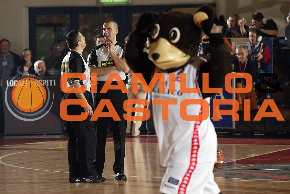 DESCRIZIONE : Biella Lega A1 2005-06 Angelico Biella VidiVici Virtus Bologna<br /> GIOCATORE : Arbitri<br /> SQUADRA : <br /> EVENTO : Campionato Lega A1 2005-2006 <br /> GARA : Angelico Biella VidiVici Virtus Bologna<br /> DATA : 09/04/2006 <br /> CATEGORIA : Arbitro<br /> SPORT : Pallacanestro <br /> AUTORE : Agenzia Ciamillo-Castoria/G.Cottini