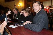 NATASHA KAPLINSLY; JUSTIN BOWER COLLECTING THEIR TICKETS,  CIRQUE DU SOLEIL LONDON PREMIERE OF VAREKAI. Royal albert Hall. 5 January 2009