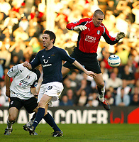 Fotball<br /> Premier League England 2004/2005<br /> Foto: SBI/Digitalsport<br /> NORWAY ONLY<br /> <br /> 30.10.2004<br /> Fulham v Tottenham Hotspur<br /> <br /> Mark Crossley of Fulham goes up for an aerial ball with Robbie Keane of Tottenham
