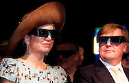 1-11-2016 PERTH - King Willem-Alexander and Queen Maxima of The Netherlands visit the Curtin University welcomed by professor Therry in Perth, Australia, 1 November 2016. During their visit the royal couple get an video presentation about Square Kilometer Array, information about Antennas and IT systems and get an tour through the Hub for Immersive Visalisation and eResearch room. The Dutch King and Queen are in Australia for an 5 day state visit. COPYRIGHT ROBIN UTRECHT  staatsbezoek van koning willem alexander en koningin maxima aan australie Bezoek aan Curtin University  3 d bril  brillen