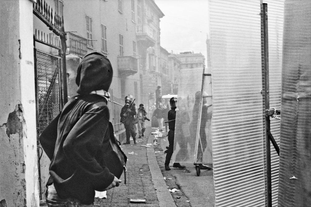 Genova, venerdì 20 luglio 2001. Giornata delle piazze tematiche. Corteo della disobbedienza civile. Un plotone di Carabinieri assalta il corteo tra corso Torino e via Tolemaide.