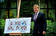 WASSENAAR - Prins Willem-Alexander koopt op de Eikenhorst in Wassenaar het eerste setje kinderpostzegels. Op de nieuwe serie zegels staan foto's van de prinsesjes Amalia, Alexia en Ariane die door de prins werden gemaakt. Prins Willem-Alexander treedt hiermee in de voetsporen van zijn vader. Prins Claus maakte 40 jaar geleden foto's van zijn drie zonen voor de kinderpostzegels van dat jaar.