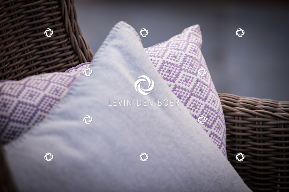 HURWENEN - De nieuwe voorjaarscollectie van 2017 in beeld gebracht bij De Roskam in Hurwenen en thuislocatie Bertine Merkx in Ammerzoden. Fotografie voor de nieuwe catalogus van Unique Living by Lemetex. FOTO LEVIN & PAULA PHOTOGRAPHY