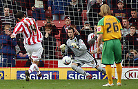 Photo: Paul Thomas.<br /> Stoke City v Norwich City. Coca Cola Championship. 28/10/2006.<br /> <br /> Danny Higginbottom (L) of Stoke socres from the penalty spot past Norwich reserve keeper Paul Gallacher (C).