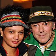 NLD/Bussum/20051212 - Uitreiking Gouden Beelden 2005, Hans Dagelet en partner Esther Apituley