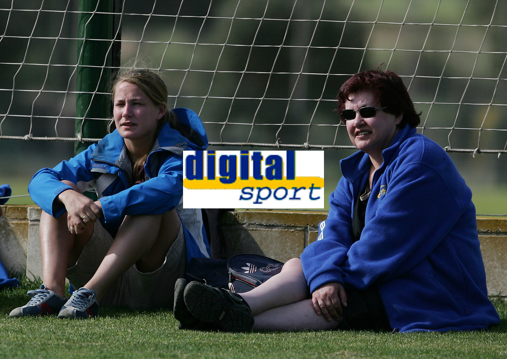 Reidun Nilsen og mamma Anna Rebekka. Treningskamp, fotball. Kattem - Sandviken, 6. april 2005. La Manga 2005. (Foto: Peter Tubaas/Digitalsport).
