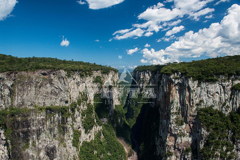 Canion Itaimbezinho visto da trilha do cotovelo, Parque Nacional de Aparados da Serra, Cambará do Sul, Rio Grande do Sul, foto de Zé Paiva - Vista Imagens