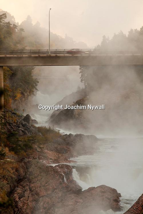 Trollh&auml;ttan 2013 oktober Trollh&auml;ttefallen i dimma Oskarsbron i f&ouml;rgrunden vattenfall G&ouml;ta &auml;lv fors str&ouml;m vattenkraft frost<br /> <br /> ----<br /> FOTO : JOACHIM NYWALL KOD 0708840825_1<br /> COPYRIGHT JOACHIM NYWALL<br /> <br /> ***BETALBILD***<br /> Redovisas till <br /> NYWALL MEDIA AB<br /> Strandgatan 30<br /> 461 31 Trollh&auml;ttan<br /> Prislista enl BLF , om inget annat avtalas.