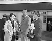 20/09/1960<br /> 09/20/1960<br /> 20 September 1960<br /> Goffs Bloodstock Sales at Ballsbridge, Dublin. Picture shows: (l-r) Mrs Mary Clarke and Captain and Mrs R. Elwes, Joint Master Meath Hounds.