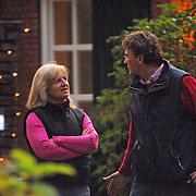 NLD/Laren/20061209 - Anita Meyer en partner Martin Bosboom versieren de tuin met kerstverlichting