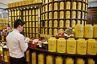 Singapour, Orchard Road, ION Orchard, centre commercial, salon de thé de la marque singapourienne TWG Tea // Singapore, Orchard Road, ION Orchard, centre commercial, TWG Tea shop