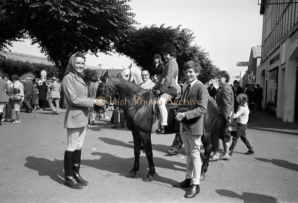 09/08/1967<br /> 08/09/1967<br /> 09 August 1967<br /> R.D.S. Horse Show 2nd day at Balls bridge, Dublin. Photo shows Mrs Rosemary Brooke with her son Alan (15) standing, and Daughter Malinda (9).