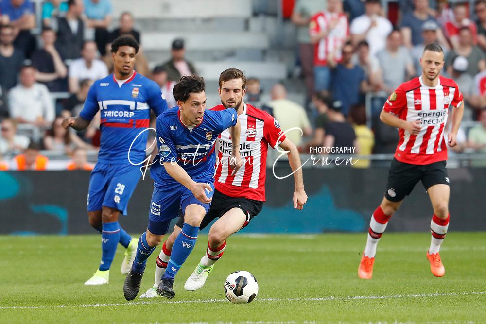 09-04-2017 VOETBAL:PSV-WILLEM II:EINDHOVEN<br /> Thom Haye van Willem II in duel met Davy Propper van PSV <br /> <br /> Foto: Geert van Erven