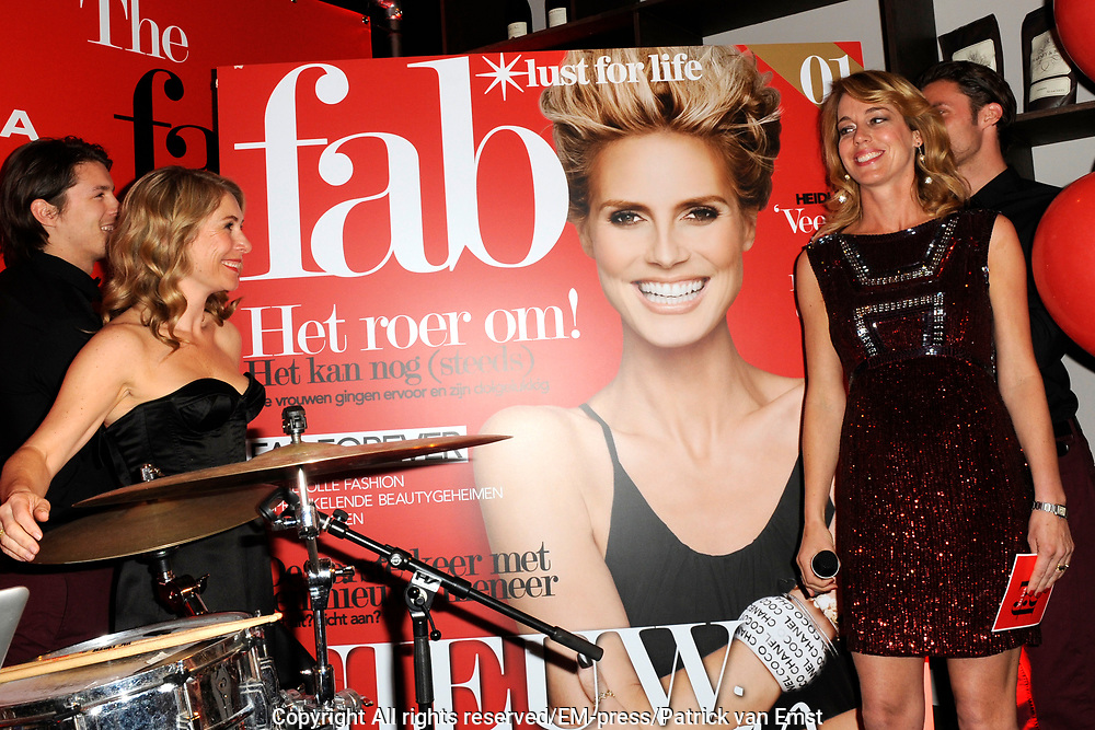Lancering van de nieuwe Glossy van Sanoma: Fab. Het magazine voor sprankelende 35+ vrouwen<br /> <br /> Op de foto:  Elle van Rijn  en Marion Pauw onthullen de eerste Fab